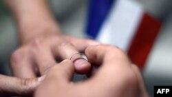 Мужчины обмениваются обручальными кольцами. Иллюстративное фото.