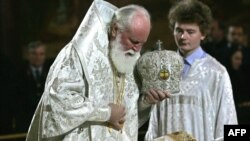An Orthodox priest performs last rites for Patriarch Aleksy at Christ the Saviour Cathedral.