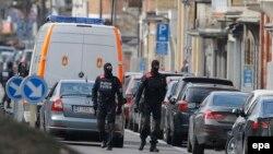 Вооруженные полицейские патрулируют улицы в Брюсселе. 25 марта 2016 года.