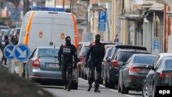 Брюссель көшесінде жүрген бельгиялық полиция қызметкерлері. 25 наурыз 2016 жыл.