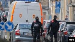 Брюссель көшелерінде жүрген полиция қызметкерлері (Көрнекі сурет).