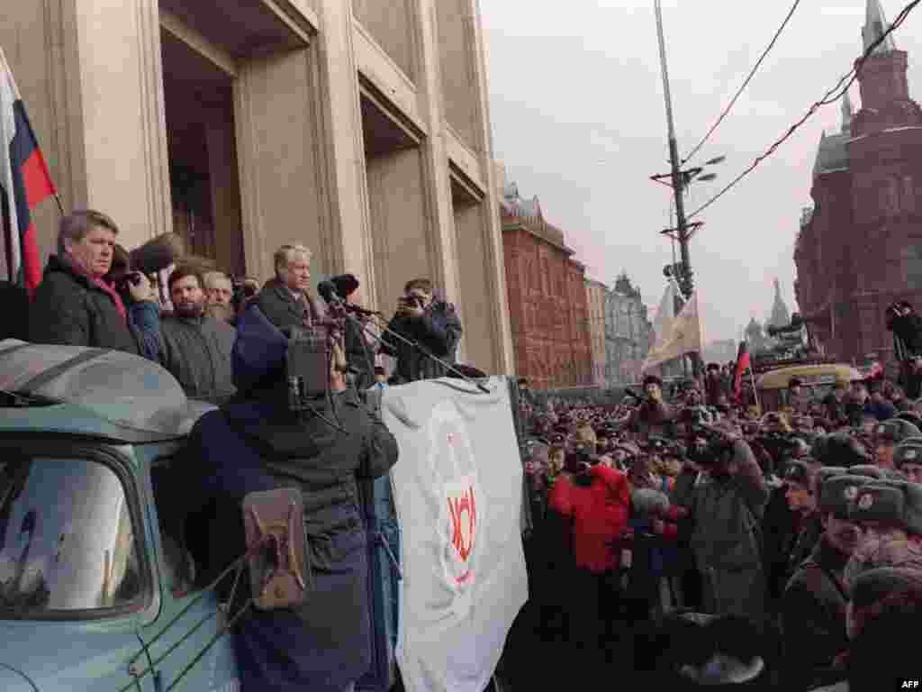 Борис Єльцин під час мітингу за демократизацію СРСР на Манежній площі, 4 лютого 1990 року