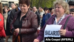 La un protest al angajaților din învățămîntul de stat