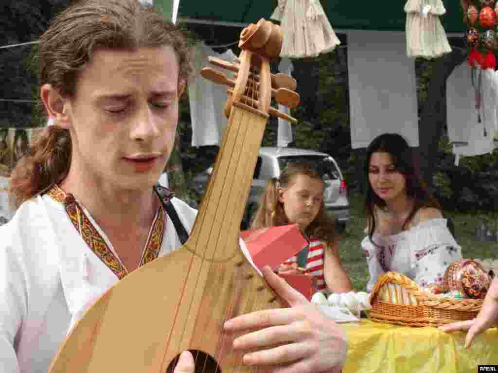 «Країна Мрій» пертворилась ще і на традиційний форум кобзарів. Музиканти усіх вікових категорій з усієї країни прибувають на фестиваль, щоб «на інших подивитися і себе показати».