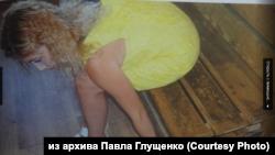 Марина Рузаева пристегнута наручниками к скамейке во время следственного эксперимента