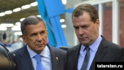 Russian Prime Minister Dmitry Medvedev (right) and Tatar President Rustam Minnikhanov have engaged in a war of words over the order to extract more revenue from Russia's regions.