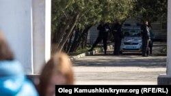 Полицейская машина дежурит у памятника Шевченко в Симферополе