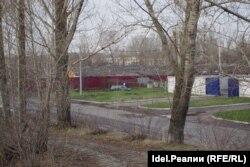 За бордовым забором видны залежи грязного снега. Это та самая снеговая свалка по соседству с насосной станцией №3.