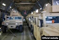 Військові автомобілі Humvee після прибуття з США в Україну. Київ, березень 2015 року