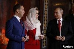 Владимир Путин, Светлана и Дмитрий Медведевы на пасхальном богослужении в Храме Христа Спасителя в Москве, 7 апреля 2018 года