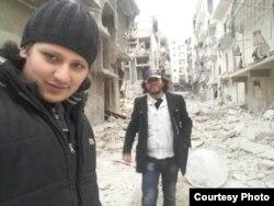 Абдулкафы Альхамдо со своим приятелем на одной из улиц восточного Алеппо, разрушенных бомбежками