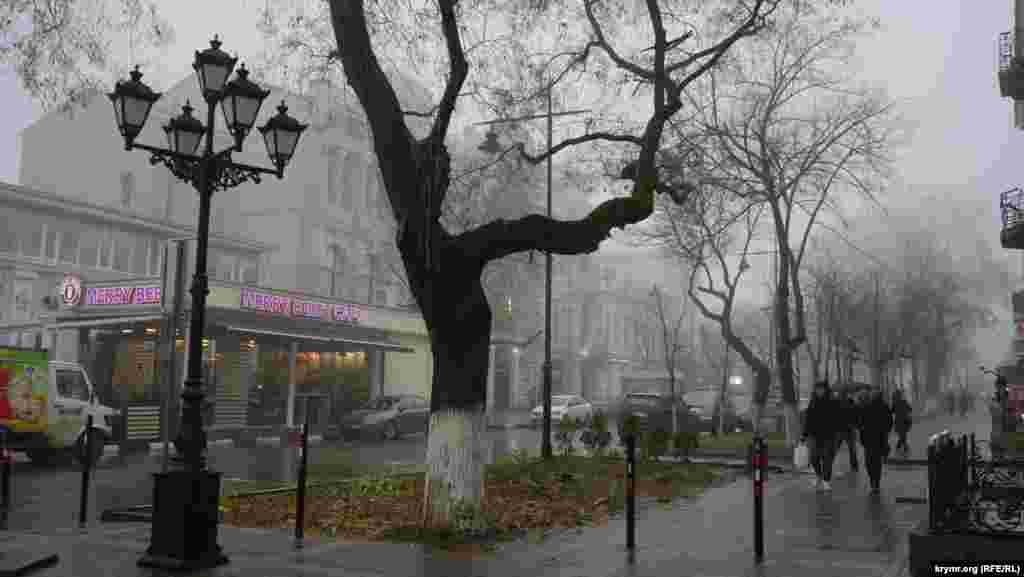 На вулиці Горького перед кінотеатром ім. Шевченка