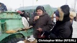 Жители Авдеевки в центре гуманитарной помощи