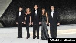 Ильхам Алиев с семьей. Лейла стоит справа.