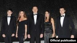 Ильхам Алиев с семьей. Лейла стоит справа