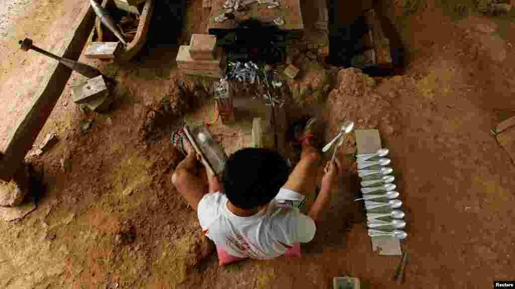 В одной из деревень Лаоса местные жители открыли завод по переработке корпусов бомб. Из них теперь делают столовые приборы
