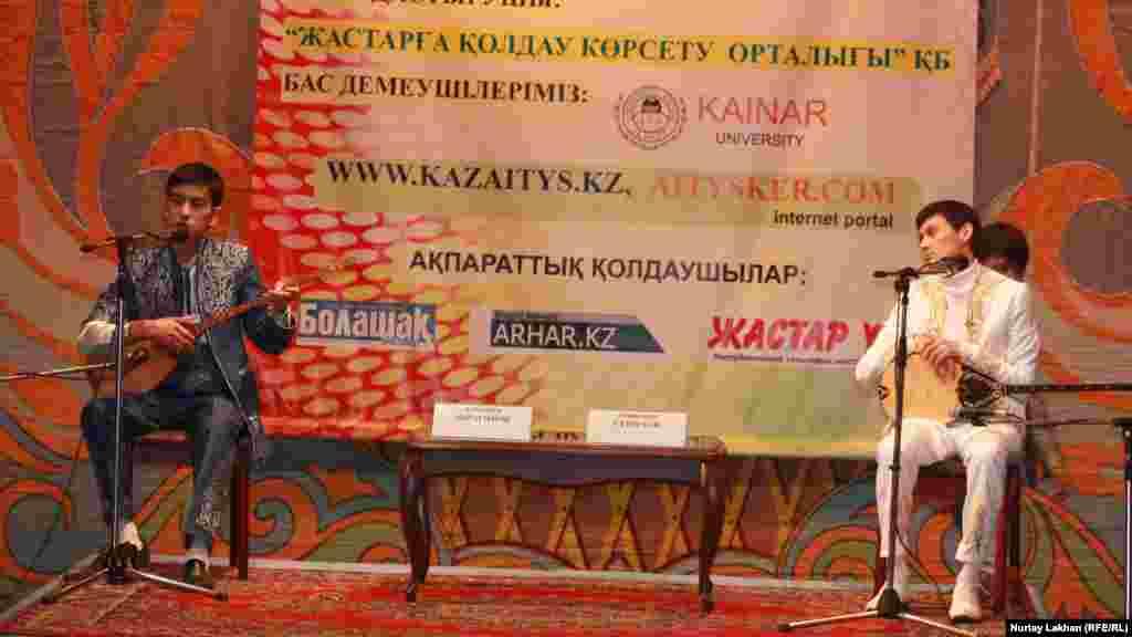 2-орын алған Алтынбек Ибрагимов (сол жақта) пен Амангелді Сейілхан.