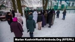 Прихильники і супротивники ПЦУ під церквою у селі Ворсівка, що на Житомирщині
