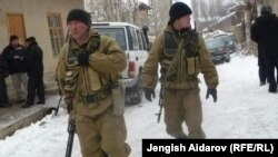 Сох анклавындағы жанжалдан соң Чарбак ауылында жүрген әскерилер. Қырғызстан, 16 қаңтар 2013 жыл.