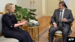 رئيس مصر محمد مرسي مع وزيرة الخارجية الاميركية هيلاري كلنتون في القاهرة في 14 تموز 2012