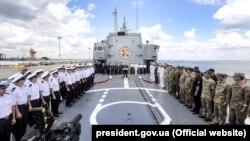 Президент України Петро Порошенко під час виступу на фрегаті «Гетьман Сагайдачний». Одеса, 16 липня 2018 року