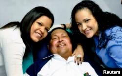 Уго Чавес с дочерьми Росой Вирхинией и Марией, якобы в Гаване 15 февраля 2013 года