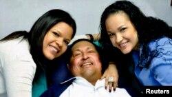 Hugo Chaves qızları ilə Havanada xəstəxanada 15 fevral 2013