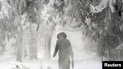 Женщина идет по улице. Павлодар, 31 января 2012 года.