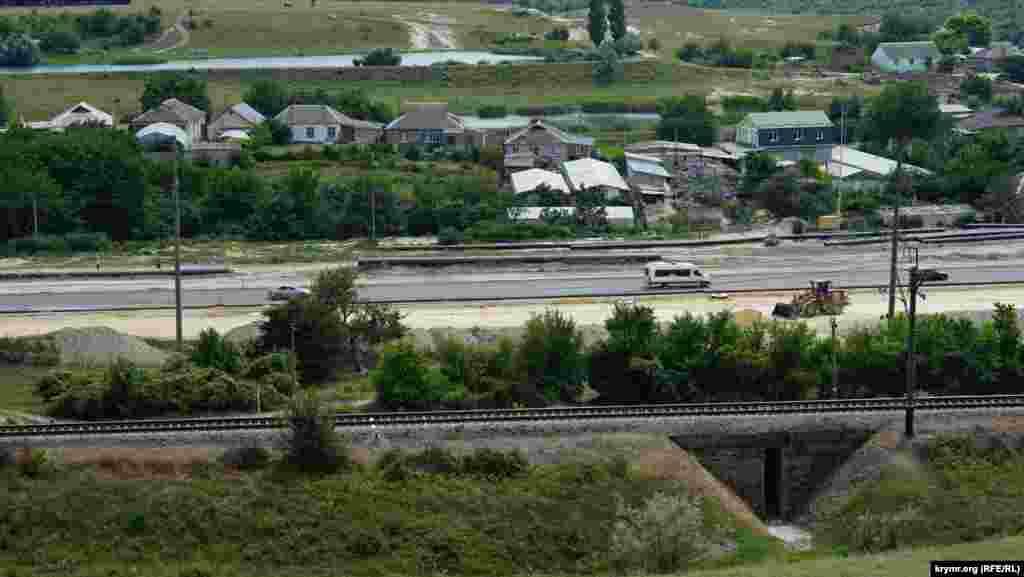 Паралельно «Тавриді» через Приятне Свідання проходить залізниця від Сімферополя до Севастополя