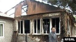 Чиновник из Астаны во дворе сгоревшего корпуса диспансера. Талдыкорган, 13 сентября 2009 года.