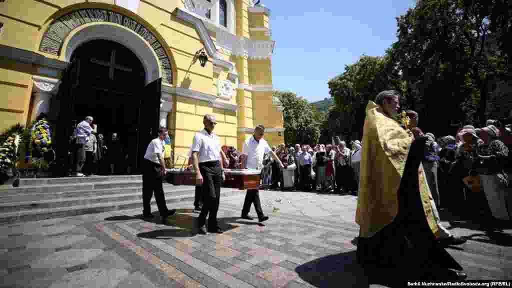 Опівдні жалобна процесія відбуде на кладовище села Теліжинці в Київській області. Саме в цьому селі в 1936 році народився Драч