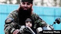 """مسلح من """"داعش"""" مع طفل"""