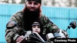 """مسلح من تنظيم """"داعش"""" وطفل على دراجة"""