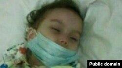2-летняя Мубина, страдающая лейкемией.