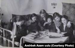 Гидромелиоративдик техникумдун студенттери жатаканада. Бишкек (ал кезде Фрунзе), 1957-ж.