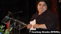 """Хадиджа Исмаилова получает премию """"За храбрость в журналистике"""". Нью-Йорк, 24 октября 2012 года."""