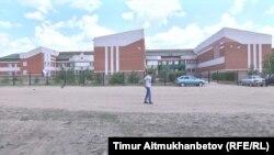 Шалдай мектеп-интернатының ғимараты. Павлодар облысы, 23 маусым 2016 жыл.