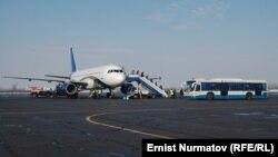 Самолет в аэропорту города Ош. Иллюстративное фото.