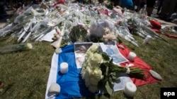 Цветы в память о жертвах нападения 14 июля