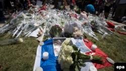 Цветы в память о жертвах нападения 14 июля в Ницце.