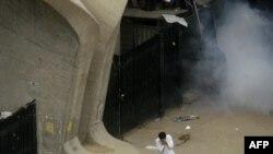 شلیک گاز اشکآور در سردر دانشگاه تهران