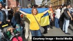 Наталья Цымбалова развернула флаг Украины в центре Петербурга