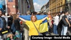 Наталія Цимбалова розгорнула прапор України у центрі Петербургу