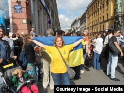 Наталья Цымбалова на акции в День независимости Украины в Петербурге. 24 августа 2014 года