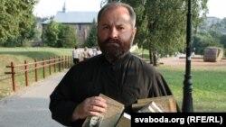 Протаіерэй Аляксандар Балоньнікаў з кнігамі пра Ларысу Геніюш