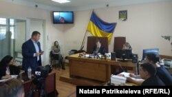На оголошенні перерви у засіданні наголошував захист Юрія Крисіна, оскільки на засідання не з'явився ні потерпілий, ні його представник