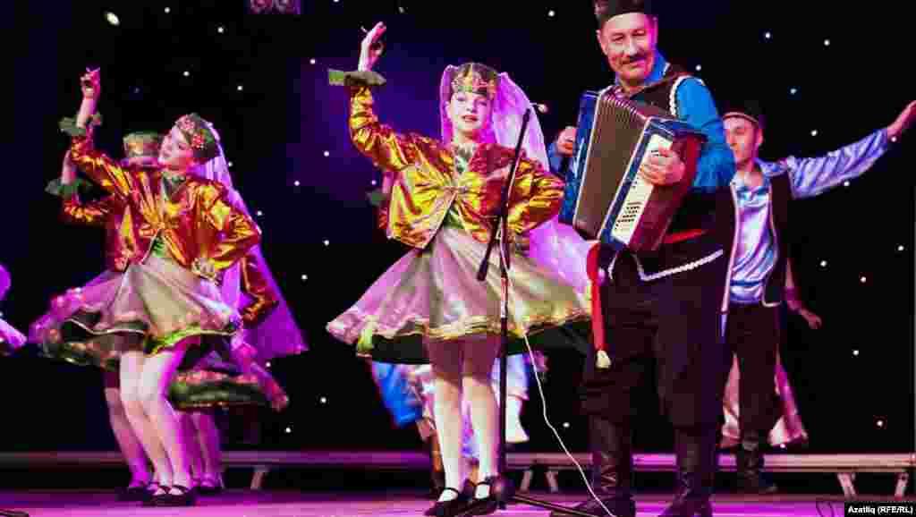Сәхнәдә татар биүе