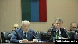 Министр внутренних дел Дагестана Абдурашид Магомедов (слева)