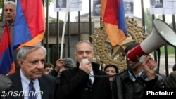 Armenia - Opposition MPs Vartan Oskanian (L) and Levon Zurabian address a demonstration outside the parliament building in Yerevan, 21Nov2012.