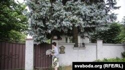 Адна з каштоўнасьцяў у сям'і Раманавец — старая елка каля брамкі. Садзіў яе знакаміты дзед